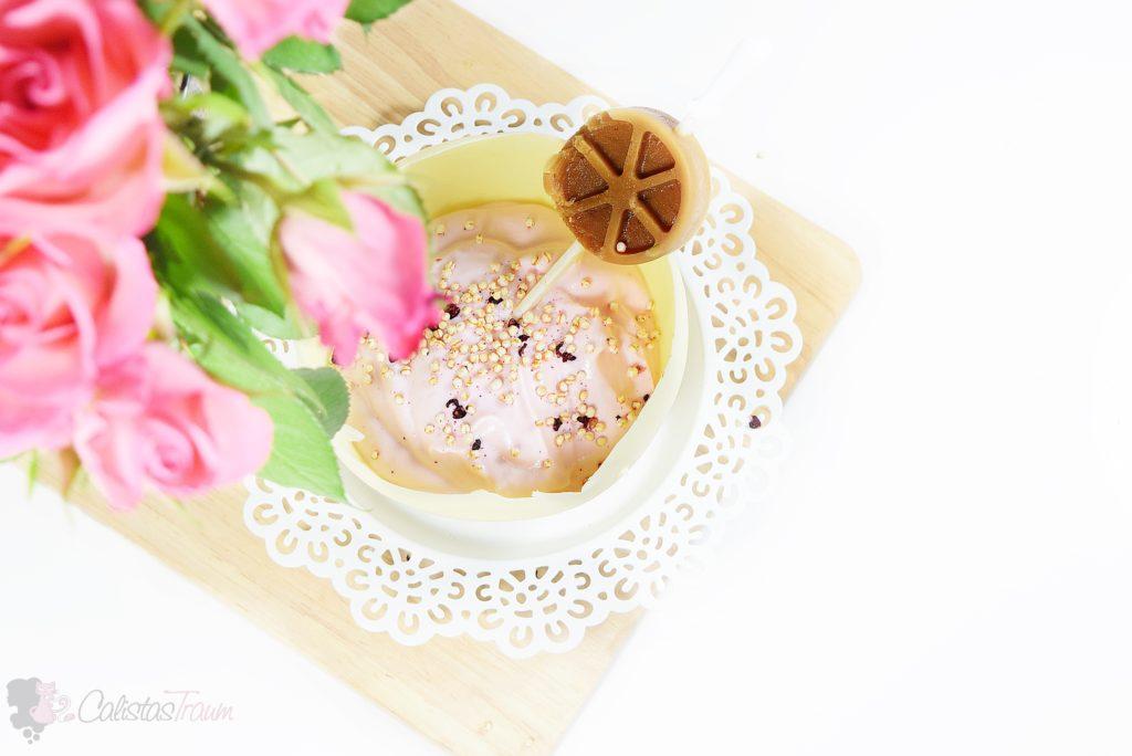 Erdbeerquark mit einem Hauch Sekt und einem Eiskaffee-Topping am Stiel